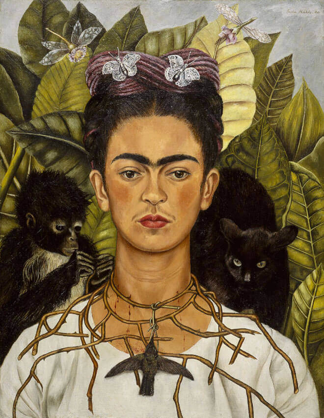 """Autoportrait au collier d'épines et colibri"""" : réalisée en 1940, ce Frida Kahlo autoportrait est le plus représentatif du style et du talent de l'artiste. C'est une peinture à l'huile de petit format qui représente Frida de face, le visage triste et le regard perdu. Le tableau symbolise le tourment de l'artiste suite à son récent divorce."""