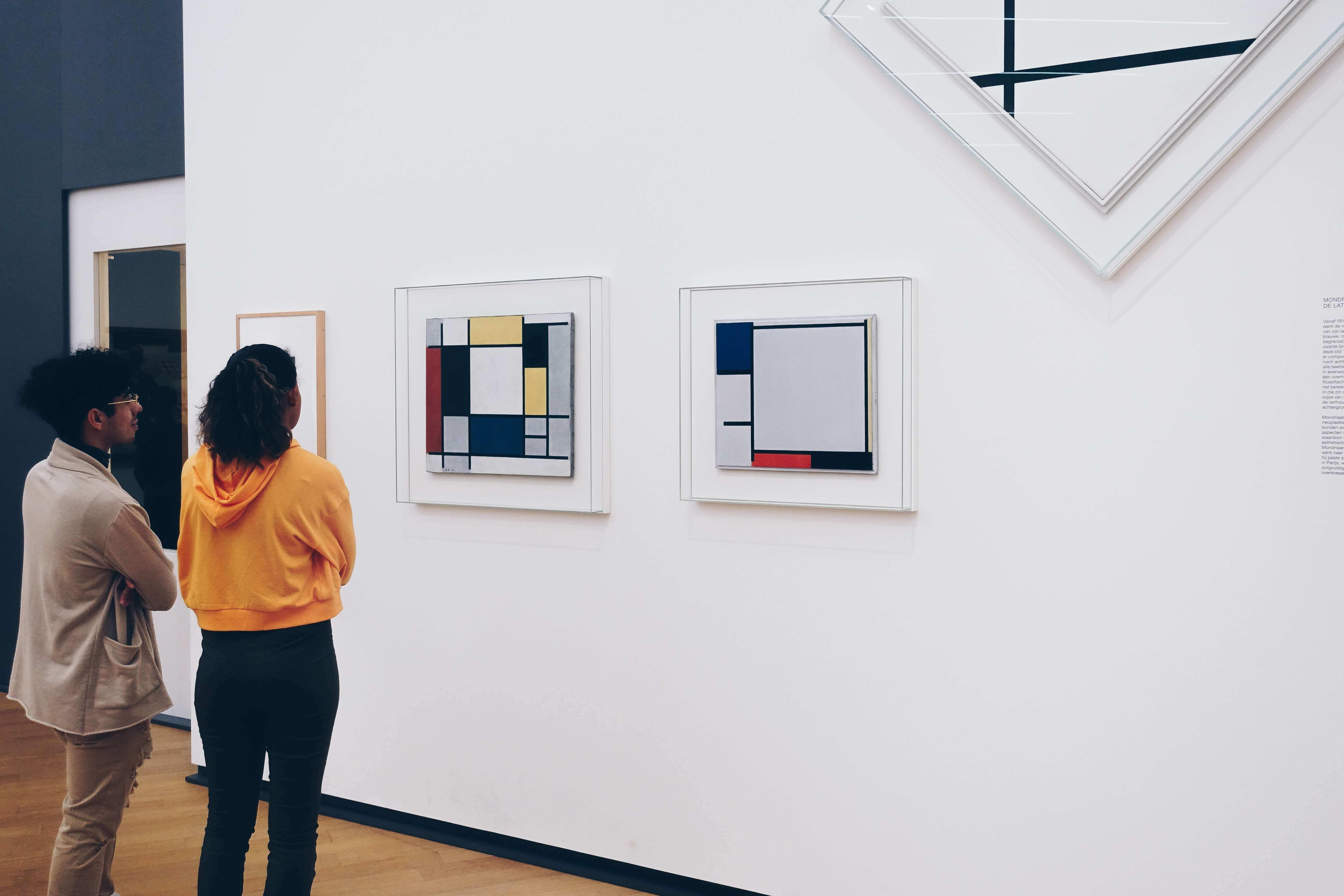 La peinture abstraite, image de deux personnes dans un musée d'art
