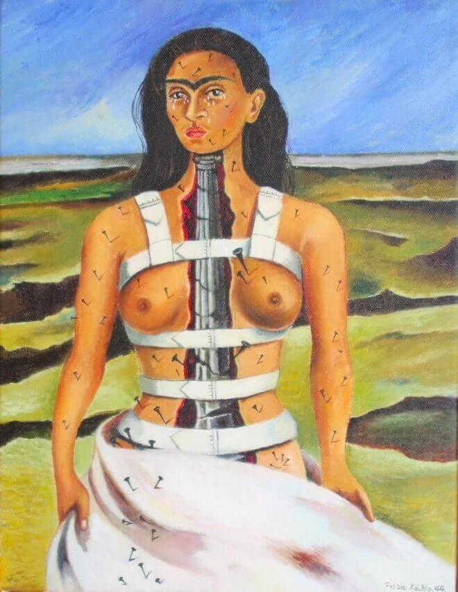 """#4 La colonne brisée, 1944  La peinture """"La colonne brisée"""" est réalisée en 1944. Cet autoportrait nous montre l'artiste de face, debout au milieu d'un paysage aride et stérile, la poitrine nue et serrée par un corset blanc. L'impression est dérangeante et le tableau est dur à regarder. Le corps de l'artiste est parsemé de nombreux clous, ouvert en deux pour apercevoir une colonne vertébrale faite d'acier et brisée à plusieurs endroits."""